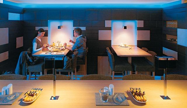 https://www.toceemland.nl/wp-content/gallery/decoratieve-verlichting/Decoratieve-verlichting-restaurant-cafe-tafel.jpg
